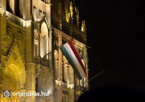 Volt székely és Magyar nemzeti lobogó is, de arra az üresen árválkodó rúdra elfért volna egy EU zászló is.