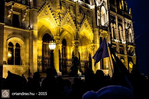 A Parlament az egyik legszebb épület, azon töprengtem, hogy milyen kár, hogy csak felháborodni járok ide.