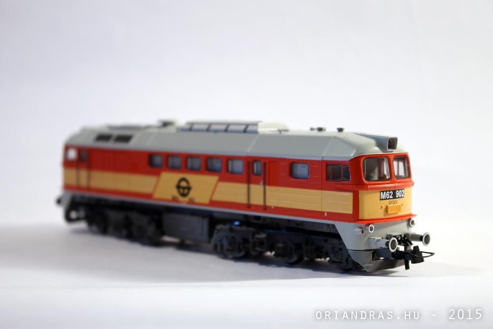 Tárgyfotózás közben: egy modell mozdony
